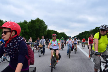世界一楽しいデモはドイツにある?一年に1度だけ高速道路を自転車で走れるデモは、和気あいあいとピースフル!