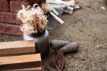 【フェス好きに捧ぐ!】キャンプで知っておきたい薪の種類「針葉樹 広葉樹」から大きく炎が上がる組み方まで使いこなそう。